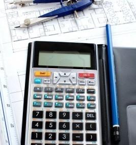 6468950-matita-e-calcolatrice-su-una-costruzione-di-una-casa-di-disegno